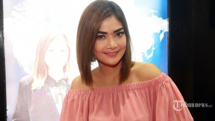 Pemain film Irma Darmawangsa saat ditemui ketika melakukan perawatan wajah di both Ali Tattoo Sulam pada pameran alat kecantikan di JCC Senayan, Jakarta Pusat, Sabtu (14/10/2017). Tribunnews/Jeprima