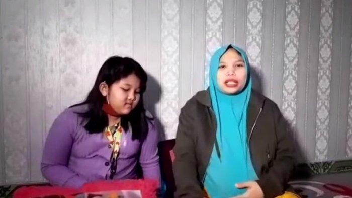 Irma Suryatin (kanan), istri komedian Sapri Pantun
