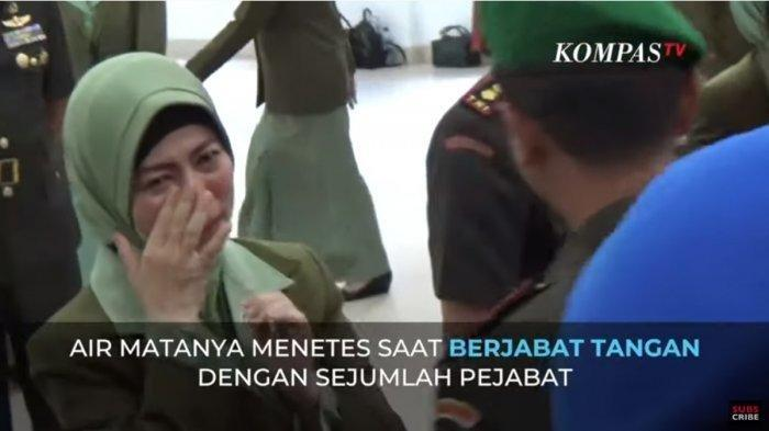 Tangis Irma Zulkifli Nasution pecah saat bersalaman dengan para pejabat TNI setelah prosesi Sertijab usai.