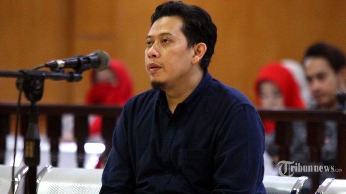 Bupati Cianjur nonaktif, Irvan Rivano Muchtar menjawab pertanyaan Majelis Hakim saat menjadi saksi dengan terdakwa Cecep Sobandi pada sidang lanjutan kasus pemerasan Dana Alokasi Khusus (DAK) Pendidikan Cianjur Tahun 2018, di Pengadilan Tipikor Bandung, Jalan LLRE Martadinata, Kota Bandung, Jawa Barat, Senin (8/7/2019). Kasus ini menjerat empat terdakwa, yakni <a href='https://kaltim.tribunnews.com/tag/bupati-cianjur' title='BupatiCianjur'>BupatiCianjur</a> nonaktif, Irvan Rivano Muchtar, Kadisdik Kabupaten Cianjur, Cecep Sobandi, Kabid SMP di Dinas Pendidikan Kabupaten Cianjur, Rosidin, dan Tubagus Cepy Sethiady. Para terdakwa tersebut meraup uang Rp 6,9 miliar hasil memeras 137 kepala sekolah dari Dana Alokasi Khusus. Tribun Jabar/Gani Kurniawan