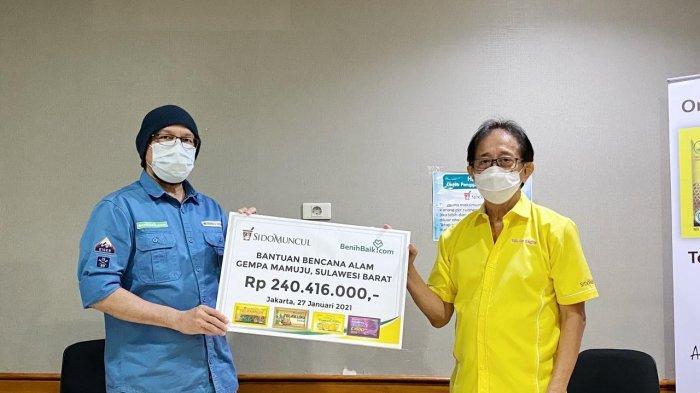 Direktur Sido Muncul Irwan Hidayat secara simbolis menyerahkan bantuan untuk korban gempa Mamuju dan Majene lewat Benihbaik.