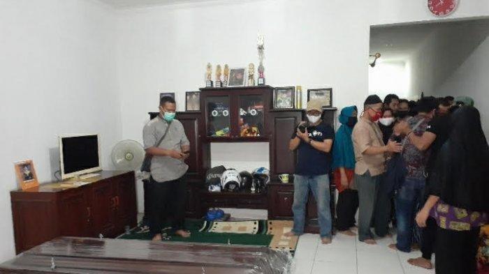 Isak tangis pecah tatkala ambulans dari Rumah Sakit Polri Kramat Jati tiba, dan peti mati jenazah Editor Metro TV, Yodi Prabowo dibawa ke dalam rumah duka di bilangan Jalan Alle Raya, Rempoa, Ciputat Timur, Tangerang Selatan (Tangsel), Jumat malam (10/7/2020).