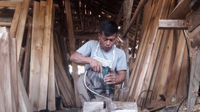 Isep Ridwan, Kakinya Lumpuh Bekerja Membuat Pintu Kayu, Mandiri Tak Mengharapkan Belas Kasihan