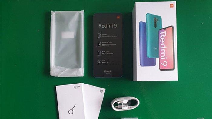 Isi kotak kemasan Redmi 9 terdiri dari satu unit ponsel, softcase, kepala charger 10 watt, kabel type-C, SIM ejector, dan buku panduan. (Kompas.com/Wahyunanda Kusuma)