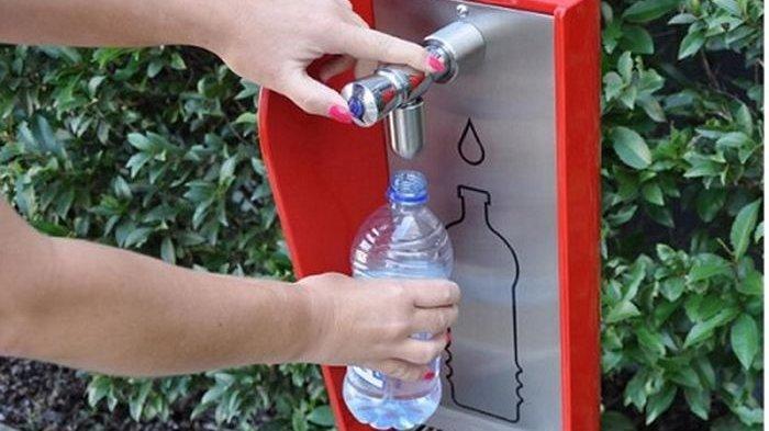 Mengisi ulang botol plastik kemasan yang isi aslinya telah habis