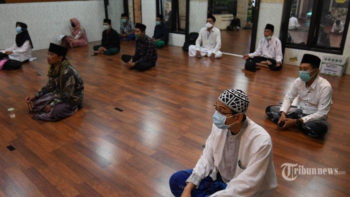 ISTIGHOSAH KUBRO ONLINE - Suasana istighosah kubro online yang bertepatan dengan malam Nisfu Syaban di PWNU Jatim, Rabu (8/4).