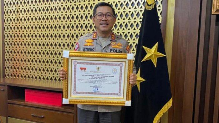 Kakorlantas Polri Irjen Pol Istiono menerima penghargaan dari Men PANRB atas realisasi Program ETLE Presisi