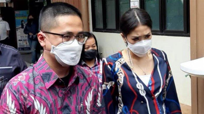 Istri Lukman Sardi, Priscillia Pullunggono datang ke Pengadilan Agama Jakarta Selatan, Pasar Minggu, Jakarta Selatan, Kamis (25/3/2021). Ia menjadi saksi dalam sidang cerai Wulan Guritno dengan Adilla Dimitri.