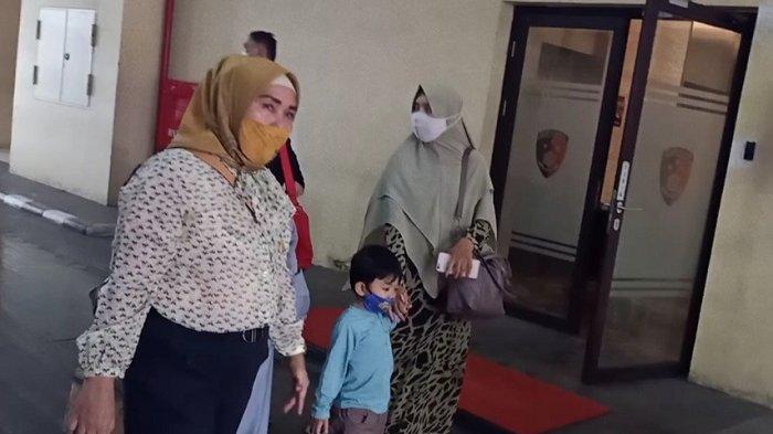 Istri Maheer At-Thuwailibi, Iqlima Ayu (Kanan) bersama putranya usai menjenguk Maheer di Rutan Bareskrim Polri, Jakarta, Senin (18/1/2021). (Tribunnews/Igman Ibrahim)