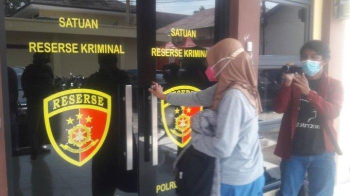 Istri muda dari Yosef (55) saat memasuki ruangan Satreskrim Polres Subang, Selasa (31/8/2021).