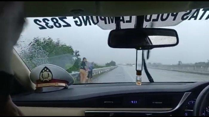Seorang Ibu dan 2 Anaknya Jalan Kaki Susuri Tol di Lampung Hendak ke Jakarta Usai Ribut dengan Suami