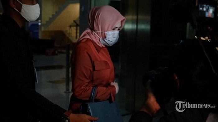 Istri tersangka kasus dugaan suap gratifikasi senilai Rp 46 miliar, Nurhadi, Tin Zuraida meninggalkan gedung KPK usai menjalani pemeriksaan, di Jakarta Selatan, Senin (22/6/2020). Tin Zuraida diperiksa sebagai saksi terkait suap dan gratifikasi penanganan perkara di Mahkamah Agung dengan tersangka mantan Direktur PT Multicon Indrajaya Terminal (MIT), Hiendra Soenjoto (HSO). Tribunnews/Irwan Rismawan (Tribunnews/Irwan Rismawan)