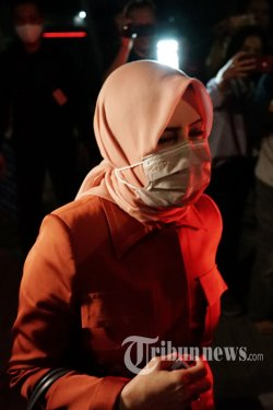 Istri tersangka kasus dugaan suap gratifikasi senilai Rp 46 miliar, Nurhadi, Tin Zuraida meninggalkan gedung KPK usai menjalani pemeriksaan, di Jakarta Selatan, Senin (22/6/2020). Tin Zuraida diperiksa sebagai saksi terkait suap dan gratifikasi penanganan perkara di Mahkamah Agung dengan tersangka mantan Direktur PT Multicon Indrajaya Terminal (MIT), Hiendra Soenjoto (HSO). Tribunnews/Irwan Rismawan