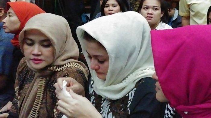 Senyuman, Tatapan Kosong hingga Tangisan Deisti di Persidangan Setya Novanto