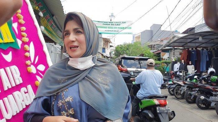Istri Wakil Ketua MPR RI Fadel Muhammad, Hana Hasanah Shahab sambangi pesta pernikahan putri bungsu Rizieq Shibab, di Petamburan, Tanah Abang, Jakarta Pusat, Minggu (15/11/2020) (Warta Kota)
