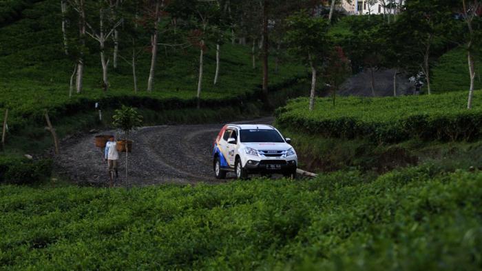 MU-X Tangguh dan Nyaman Lewati Jalur Pendakian Berkelok di Kaligua