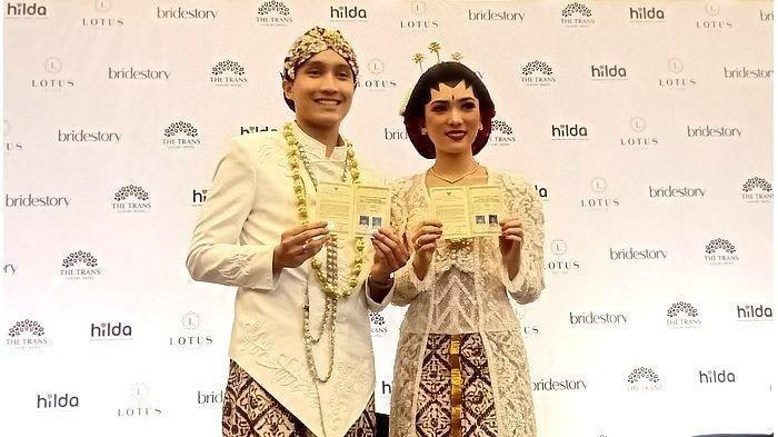 Isyana Sarasvati dan Rayhan Maditra resmi menjadi pasangan suami istri, Minggu (2/2/2020). Mereka menikah di Kota Bandung.