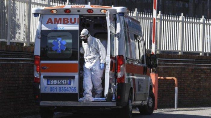 Anggota staf pencegahan epidemi di ruang gawat darurat rumah sakit Cotugno, Naples, Italia.