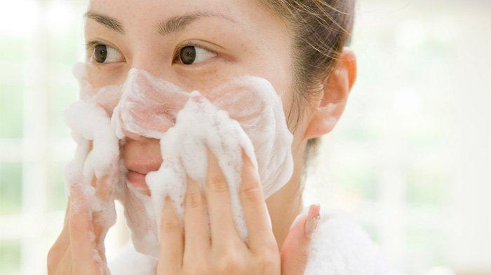 3 Kebiasaan yang Bisa Merusak Kulit Jika Terus Dilakukan Saat Mencuci Wajah