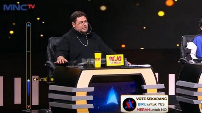 angkap layar penampilan Ivan Gunawan yang terlihat modis saat menjadi juri Rising Star Indonesia Dangdut di stasiun televisi MNCTV