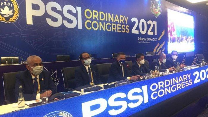 Waketum PSSI, Iwan Budianto beserta anggota Exco PSSI saat memaparkan hasil Kongres PSSI 2021 di Hotel Raffles, Jakarta, Sabtu (29/5/2021).