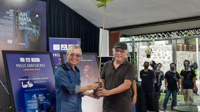 Iwan Fals (kanan) bersama Piter Abdullah Redjalam (kiri) selaku penulis novel Air Mata Api saat jumpa pers peluncuran novel Air Mata Api di Panggung Kita, Leuwinanggung, Depok Jawa Barat, Kamis (3/9/2020). (Tribunnews.com/Bayu Indra Permana)