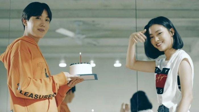 J-Hope BTS dan Ryujin ITZY beradu akting dalam Love Yourself Highlight Reel yang rilis 2017 silam.