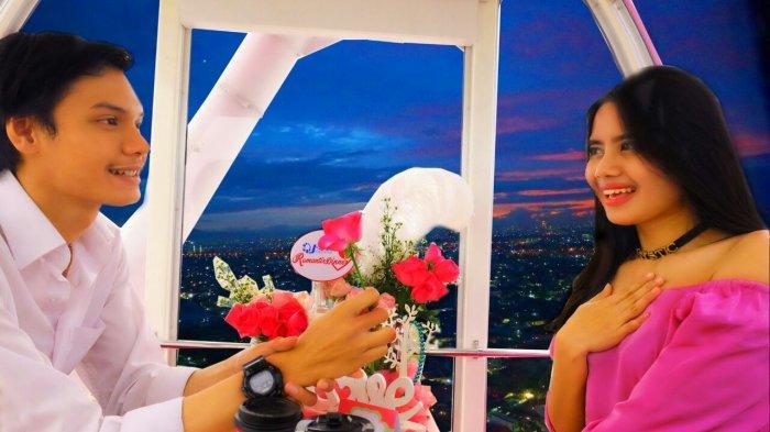 J-Sky Ferriswheel bianglala tertinggi di Indonesia saat ini, menyambut Valentine ini menawarkan program 'Romantic Dinner in The Sky', paket acara makan malam bersama untuk dua orang (couple) di dalam gondola menyambut Hari Valentine, Februari ini.