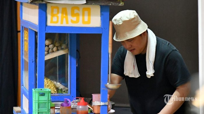Menteri BUMN Erick Thohir berperan sebagai tukang bakso dalam pentas #PrestasiTanpaKorupsi yang digelar di SMKN 57, Jati Padang, Jakarta Selatan, Senin (9/12/2019). TRIBUNNEWS/HO/BIRO PERS