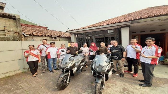 Jajaran manajemen AHM dan Astra Motor mengantarkan motor Honda ADV secara langsung ke rumah konsumen di Jakarta Timur, Rabu (4/9/2019).Tribunnews/Dea Duta Aulia