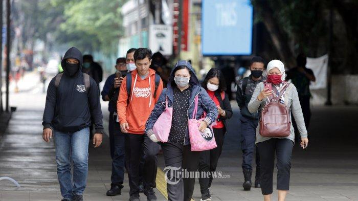Pekerja melintas di Terowongan Kendal Jakarta, Senin (23/3/2020). Pemprov DKI Jakarta mengumumkan tanggap darurat virus corona (Covid-19) sejak 23 Maret 2020 hingga 14 hari ke depan dan menghimbau pekerja bekerja dari rumah. TRIBUNNEWS/HERUDIN