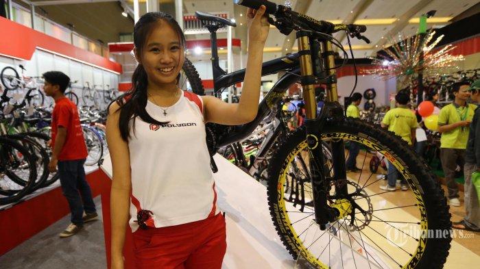 Model berfoto disamping sepeda Polygon di arena Jakarta Fair Kemayoran (JFK) 2015 di JIExpo, Kemayoran, Jakarta Pusat, Jumat (19/6/2015). JFK 2015 ini digelar dalam rangka HUT DKI Jakarta ke 488 yang akan berlangsung hingga 5 Juli 2015. WARTA KOTA/ANGGA BHAGYA NUGRAHA