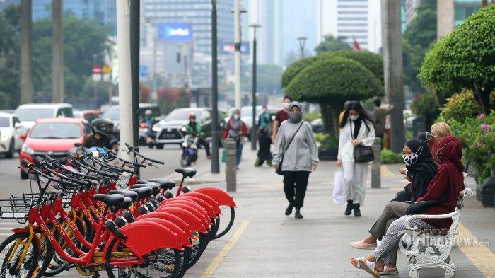 Warga saat beraktivitas di kawasan Bundaran HI, Jakarta Pusat, Minggu (11/10/2020). Pemerintah Provinsi DKI Jakarta kembali menerapkan Pembatasan Sosial Berskala Besar (PSBB) Transisi setelah angka kasus positif dan aktif pandemi mengalami pelambatan kenaikan dalam sepekan terakhir. Tribunnews/Jeprima