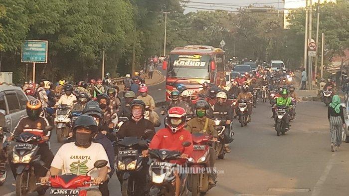 PEMBATASAN PERGERAKAN ORANG -Ribuan kendaraan melaju menuju arah Jakarta dalam situasi lalu lintas yang padat merayap di Jalan Daan Mogot KM 22, Batuceper, Kota Tangerang, Senin (3/8/2020). Untuk membatasi pergerakan orang diibukota, pemprov DKI Jakarta, kembali memberlakukan aturan nomor ganjil genap, sekaligus memperpanjang masa PSBB transisi untuk mencegah penyebaran Covid-19 yang belum juga mereda di Jakarta. WARTA KOTA/NUR ICHSAN