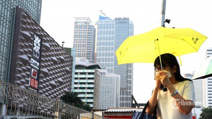 Warga beraktivitas menggunakan masker di pelican crossing di Kawasan Bundaran HI, di Jakarta, Senin (29/7/2019). Data aplikasi AirVisual yang merupakan situs penyedia peta polusi daring harian kota-kota besar di dunia, menempatkan Jakarta pada urutan pertama kota berpolusi sedunia pada Senin (29/7/2019) pagi dengan kualitas udara mencapai 183 atau kategori tidak sehat. TRIBUNNEWS/IRWAN RISMAWAN