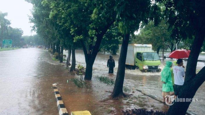 Sejumlah warga dan kendaraan bermotor berusaha melewati genangan air di Jalan Joglo Raya, Jakarta Barat, Rabu (01012020). Hujan lebat berdurasi cukup lama sejak malam pergantian tahun hingga pagi hari, membuat sejumlah jalan raya dan perumahan warga di Jabotabek terendam banjir. (TRIBUNNEWS.COM/Bian Harnansa)