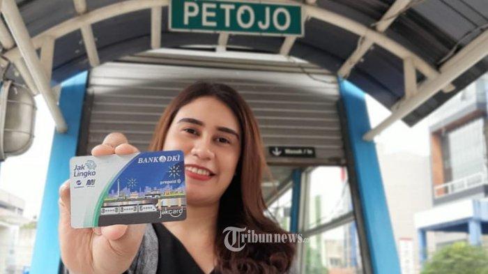 Warga DKI Jakarta menunjukan kartu Jaklingko Bank DKI di Halte Transjakarta, Jumat (22/11/2019). JakLingko Bank DKI dapat dipergunakan untuk alat pembayaran transportasi publik yaitu, Transjakarta termasuk Trans Mikro, MRT Jakarta dan Railink Kereta Bandara Soekarno Hatta serta LRT Jakarta yang akan beroperasi dalam waktu dekat. TRIBUNNEWS/HO