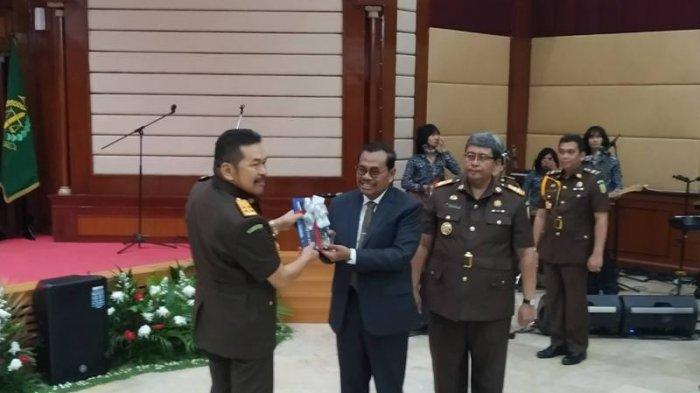 Jaksa Agung RI ST Burhanuddin (kiri) bersama Jaksa Agung 2014-2019 HM Prasetyo dalam acara lepas sambut Jaksa Agunh di Badan Diklat Kejaksaan RI, Jakarta Selatan.