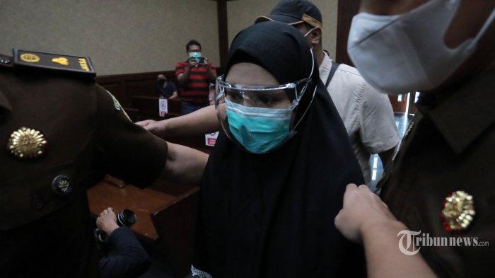 Terdakwa kasus penerimaan suap dari Djoko Tjandra terkait pengurusan fatwa Mahkamah Agung (MA), Pinangki Sirna Malasari menjalani sidang putusan di Pengadilan Tipikor, Jakarta, Senin (8/2/2021). Pinangki divonis 10 tahun penjara dengan denda Rp 600 juta subsider 6 bulan kurungan karena dinilai terbukti bersalah menerima suap USD 450 ribu dari Djoko Tjandra untuk mengurus fatwa Mahkamah Agung (MA) dan melakukan TPPU, serta permufakatan jahat. TRIBUNNEWS/IRWAN RISMAWAN