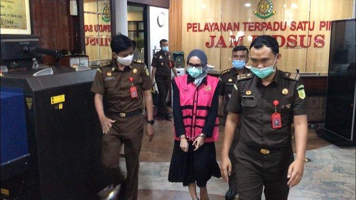 Jaksa Pinangki Tampil Beda Kenakan Hijab Saat Jalani Pemeriksaan Lanjutan di Kejaksaan Agung
