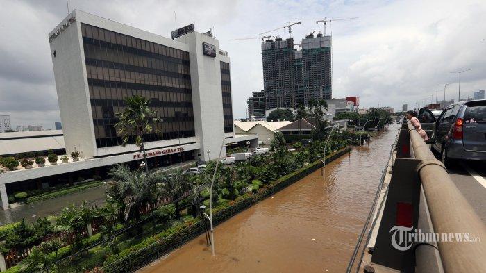 Jalan Jenderal Ahmad Yani, Jakarta Timur, terendam banjir membuat para pengendara sepeda motor dan mobil yang melintasi jalan tol Wiyoto Wiyono tak bisa turun di pintu tol Cempaka Putih, Selasa (25/2/2020). Warta Kota/Alex Suban