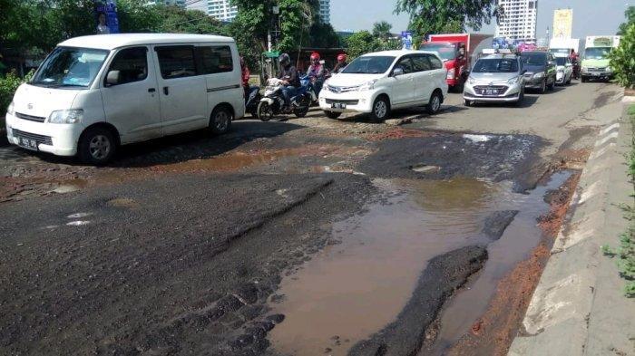 Ada Pipa yang Bocor Jadi Kendala Perbaikan Jalan Rusak di Kalimalang