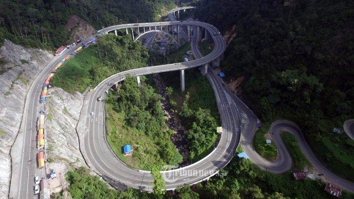Foto aerial jalan Kelok 9 di Kabupaten Lima Puluh Kota, Sumatera Barat, Kamis (8/6/2017). Kelok 9 merupakan ruas jalan berkelok dengan jembatan layang sepanjang 2,5 km yang merupakan bagian dari ruas jalan penghubung Lintas Tengah Sumatera dan Pantai Timur Sumatera. TRIBUNNEWS/IRWAN RISMAWAN