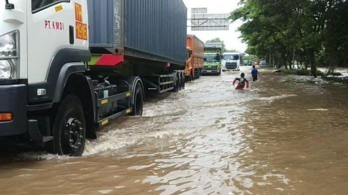 Jalan Raya Cakung Cilincing Terendam Air Hingga 80 Cm, Cuma Truk Kontainer yang Berani Melintas