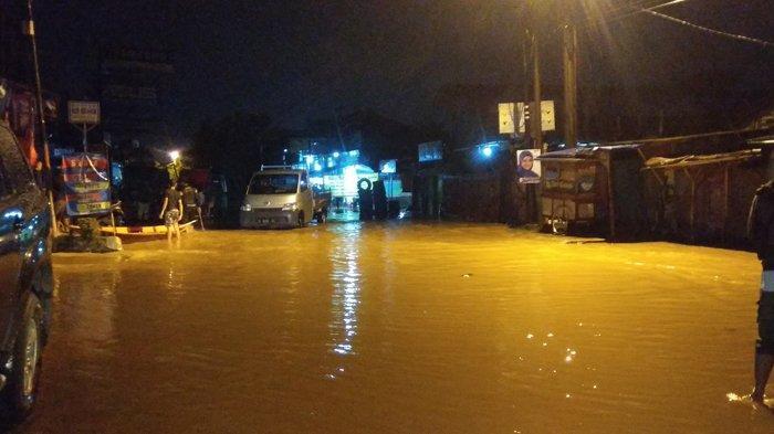 Jalan Raya Dayeuhkolot Terendam Banjir, Akses Penghubung Kabupaten dan Kota Bandung Terputus