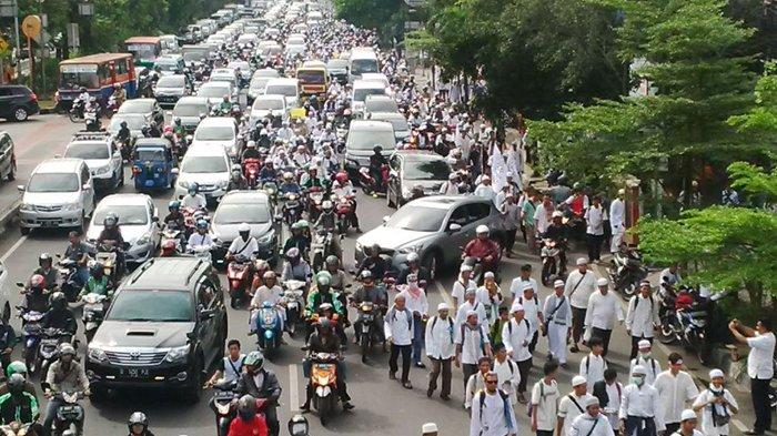 Massa Aksi 212 Penuhi Jalan, Jalan Pramuka-Salemba Macet Total
