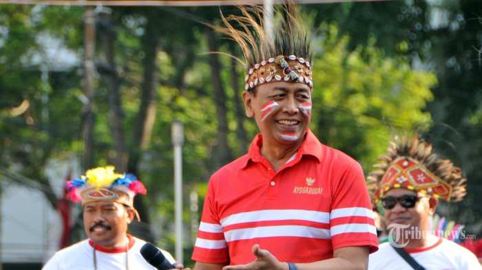 Menko Polhukam Wiranto (tengah) memberikan sambutan saat menghadiri acara Yospan Papua dalam Hari Bebas Kendaraan Bermotor (HBKB) di kawasan Bundaran HI, Jakarta, Minggu (1/9/2019). Kegiatan yang digelar oleh masyarakat Papua yang tinggal di Jakarta itu untuk memperkenalkan kebudayaan Papua dalam seni tari dan musik serta untuk menjalin persatuan dan kesatuan bangsa Indonesia. TRIBUNNEWS.COM/IQBAL FIRDAUS