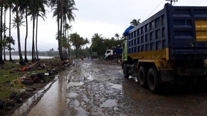 Sulitnya Akses Menuju Kecamatan Sumur, Jalan Licin Berbatu Hingga Lumpur Kedalaman 30 Cm