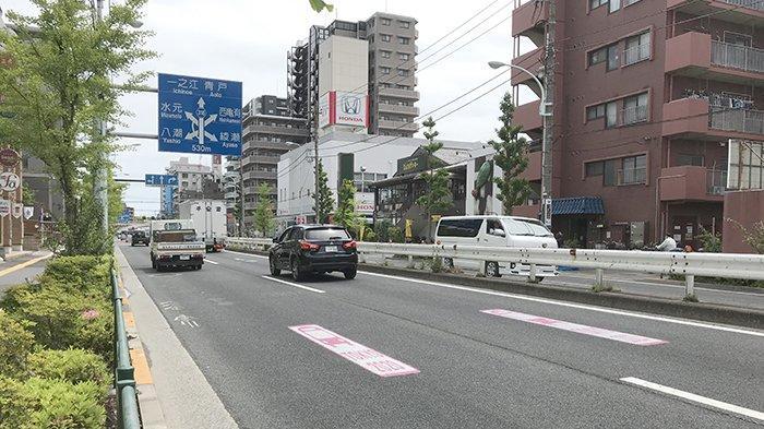 Jalur jalan raya ditempeli stiker Tokyo2020 warna merah, khusus yang akan dilewati kendaraan Panitia Olimpiade Jepang.