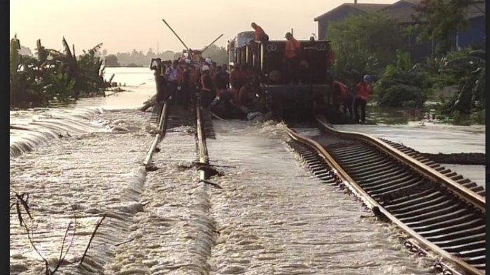 Rel kereta api di petak antara Stasiun Kedunggedeh dan Lemah Abang terendam banjir akibat luapan sungai Cibeet dan Citarum.